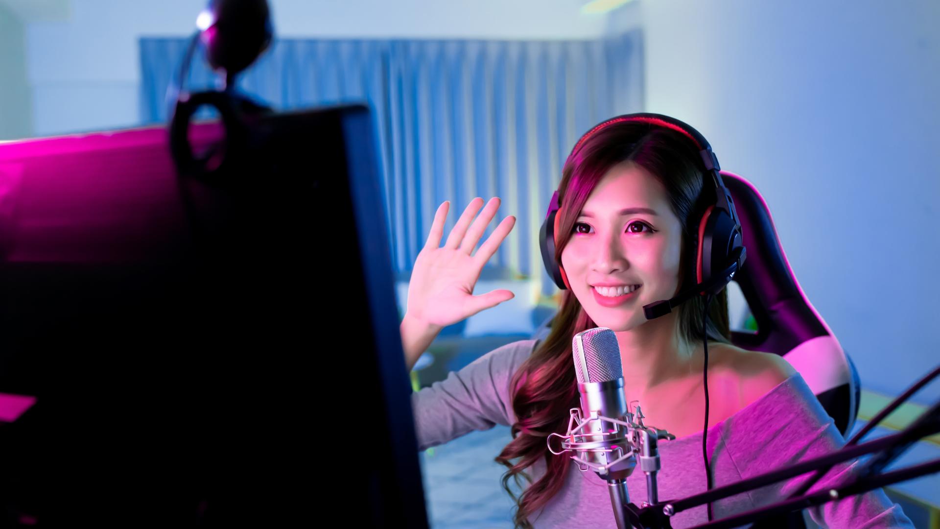 live streaming gamer girl